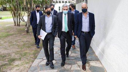 Los tres dirigentes caminan rumbo al Quincho de Olivos para realizar el anuncio sobre coronavirus