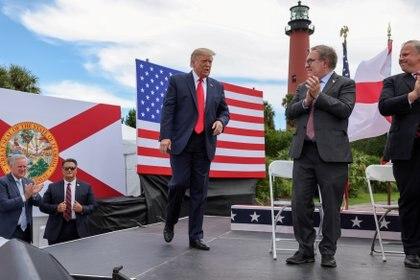 El Presidente de los Estados Unidos Donald Trump llega al escenario durante una parada de la campaña en el Faro y Museo de Júpiter Inlet en Júpiter, Florida, EE.UU., el 8 de septiembre de 2020 (REUTERS/Jonathan Ernst/Foto de archivo)