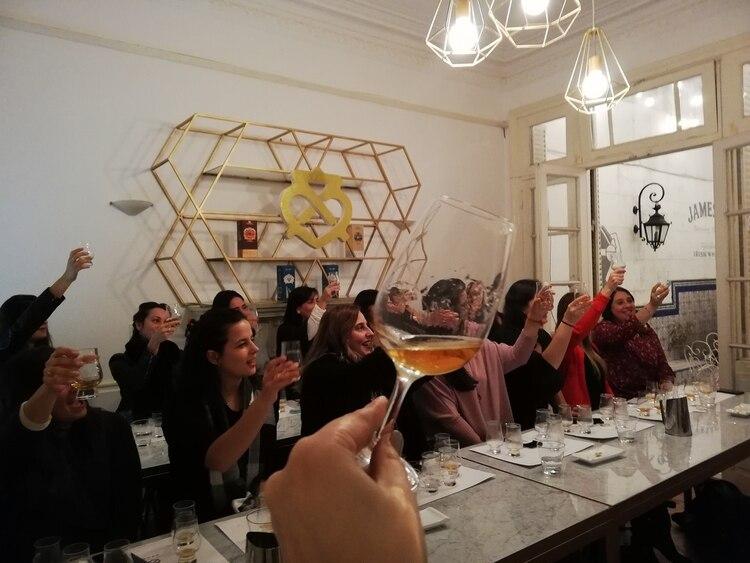 Mujeres que participan de las catas y charlas de Minas Whisky (Lorena Rojas y Camila Lopez)