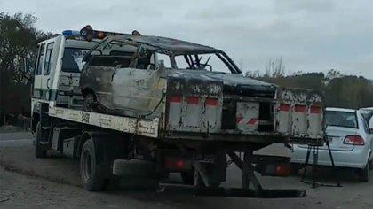 El Fiat Uno prendido fuego donde se encontró el cuerpo de la víctima. Foto: @apepe_bahia