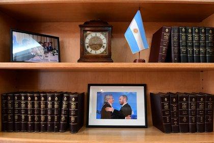 Fotos con el Presidente y la Vicepresidente, en una de las bibliotecas de su despacho (Maximiliano Luna)