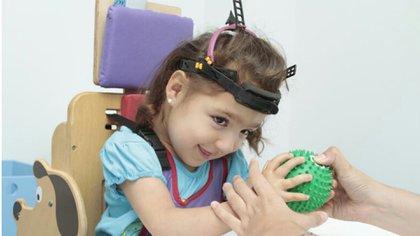 Al no encontrar el juguete indicado, Daniela Briñon comenzó a crear los juguetes inclusivos y así poder brindarle a su hija Sofía un espacio de contención y diversión (Getty Images)