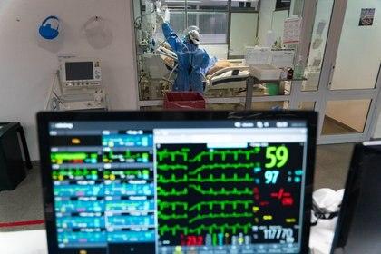 En la fase de terapia intensiva, los pacientes que cursan con insuficiencia respiratoria requieren de asistencia mecánica ventilatoria (Foto: Franco Fafasuli)