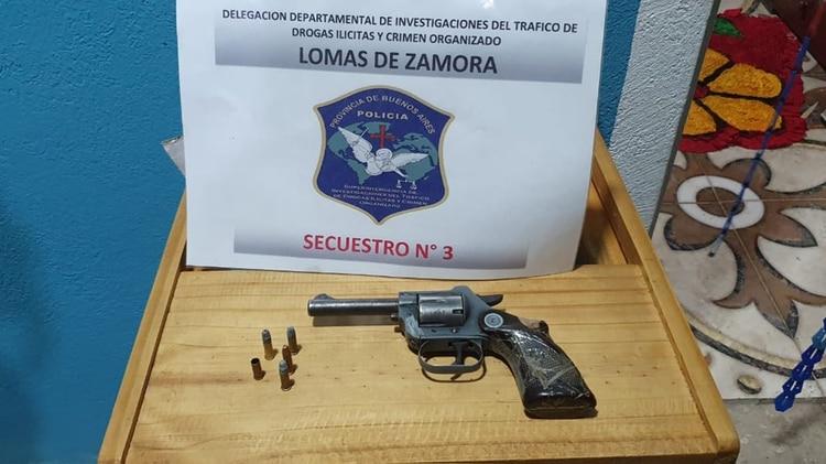 Bang-bang: pistola con mango encintado encontrada en uno de los procedimientos.