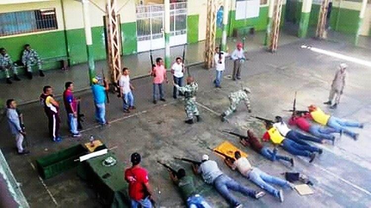 La Constitución Bolivariana dice que la Fuerza Armada tiene el monopolio de las armas. Pero la realidad es muy distina.