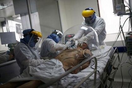 Foto de archivo. Un médico y dos enfermeras tratan a un paciente infectado con coronavirus en la Unidad de Cuidados Intensivos (UCI) del hospital El Tunal de Bogotá, Colombia, 12 de junio, 2020. REUTERS/Luisa González