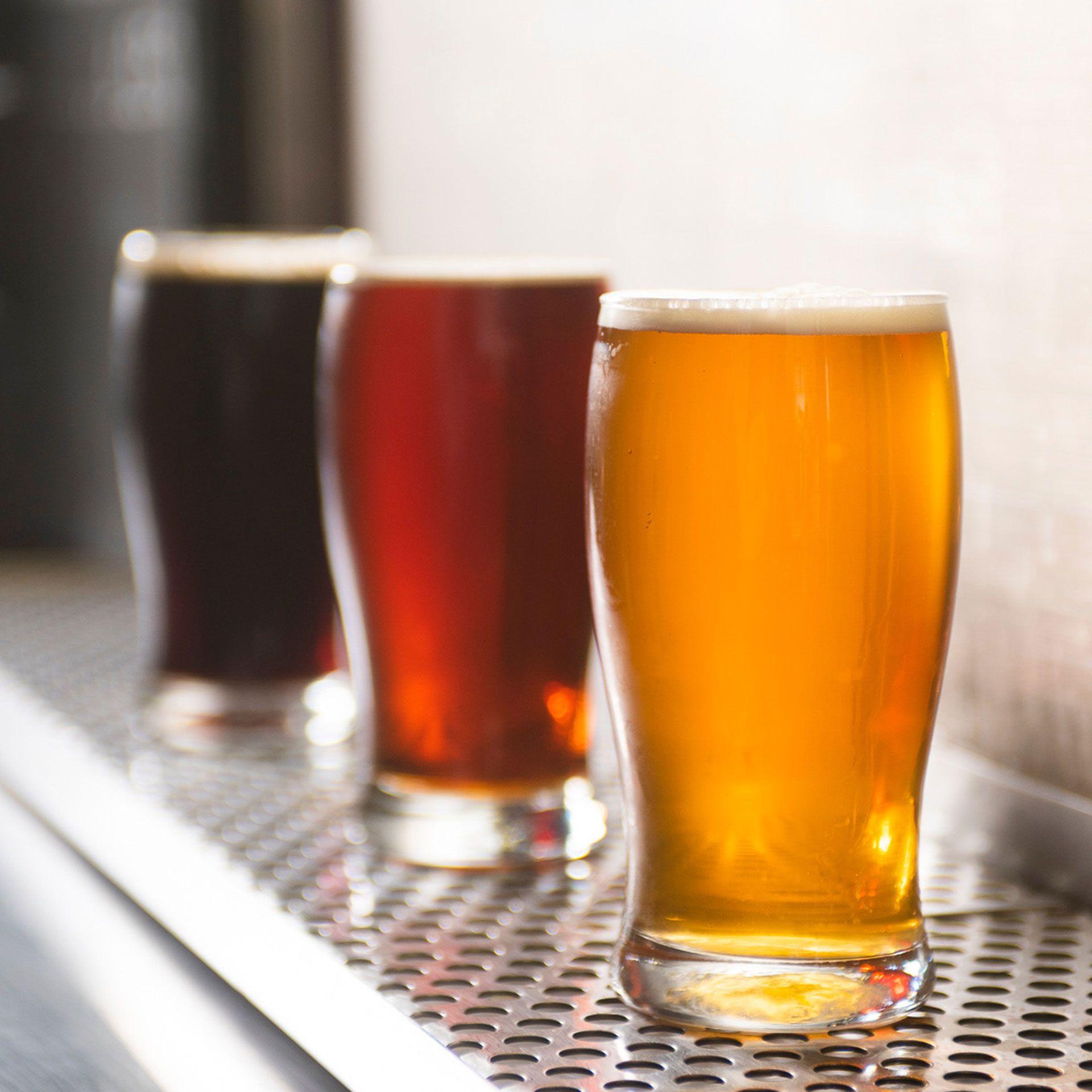 Los tres estilos de cerveza, rubia, negra y roja para todos los paladares