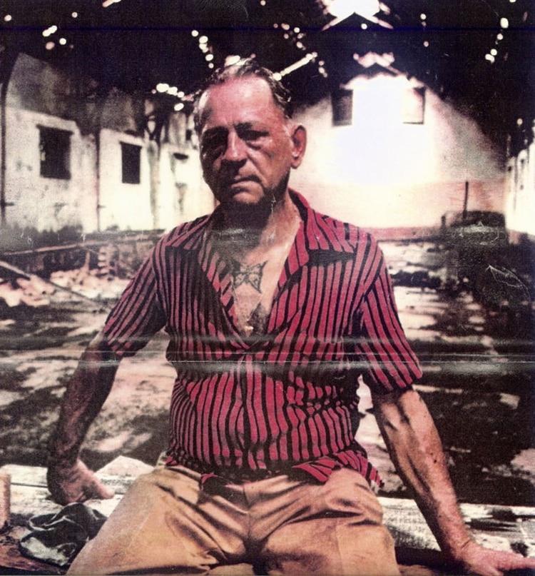 Charriere, en una visita a su antigua prisión. Con su camisa abierta, se deja ver el tatuaje de la mariposa en su pecho