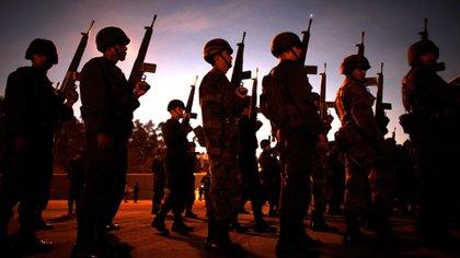 Soldados se alinean antes de abordar vehículos que partirán hacia el norte de México para participar de operativos de erradicación de cultivos de drogas (AP)