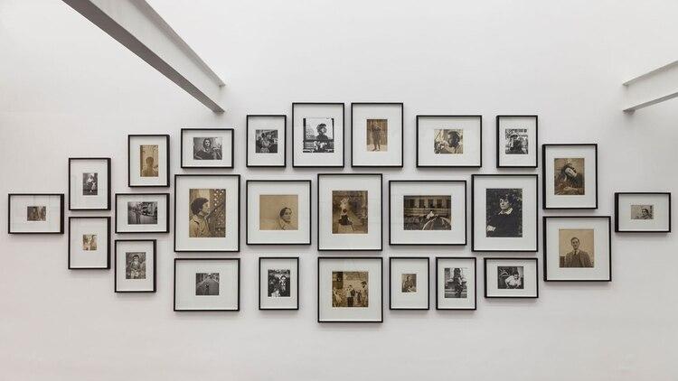 La muestra presenta 26 retratos de figuras de la cultura