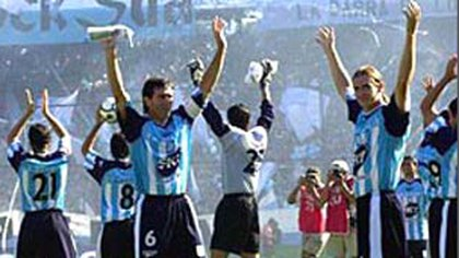 La salida del equipo en el Cilindro, el día que la Academia jugó ante River en una fecha clave para el destino del Apertura del 2001