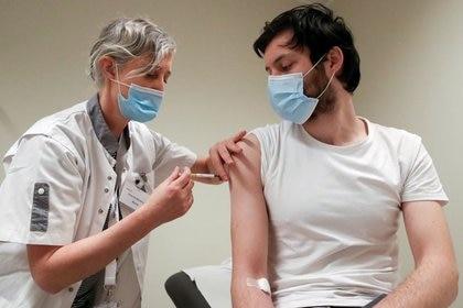 Un voluntario recibe una dosis de la vacuna CureVac o un placebo durante un estudio de la empresa biotecnológica alemana CureVac como parte de las pruebas de una nueva vacuna contra el coronavirus, en Bruselas, Bélgica el 2 de marzo de 2021. REUTERS/Yves Herman