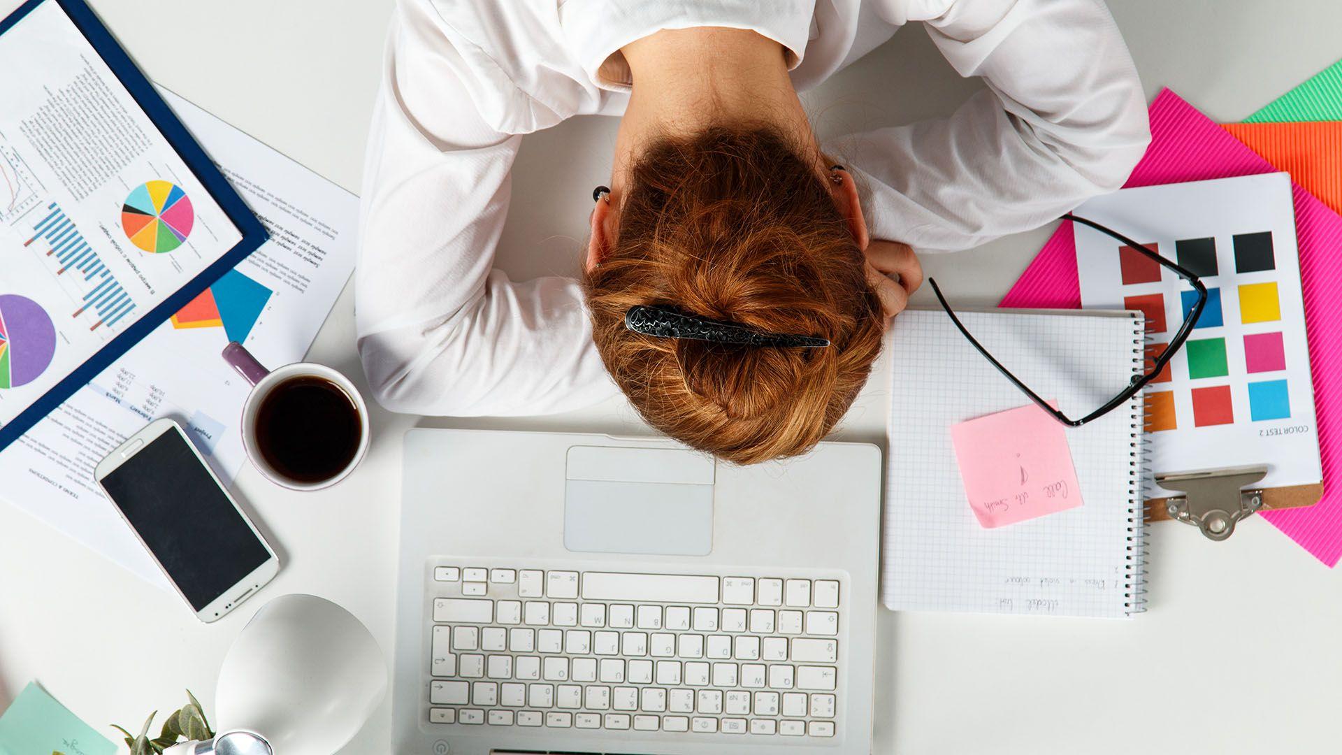 Las mujeres están más agotadas, apáticas y presentan mayores niveles de ansiedad, somatizaciones y depresión que los hombres (Shutterstock)