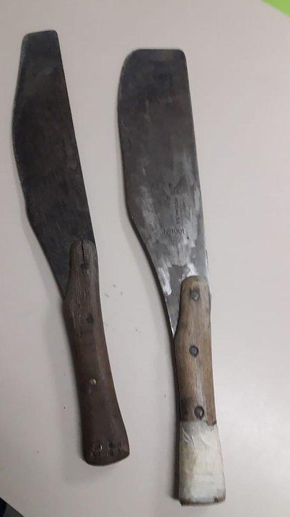 En los últimos desalojos realizados en La Matanza, la policía secuestro armas caseras, como facas, cuchillos, machetes y hachas.