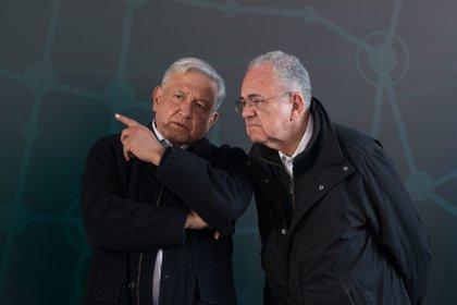 Andrés Manuel López Obrador, presidente de la República, junto a Javier Jiménez Espriu, ex secretario de Comunicaciones y Transporte (Foto: Cuatoscuro)