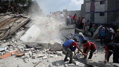 Socorristas remueven escombros en busca de sobrevivientes en el terremoto de México (AFP)