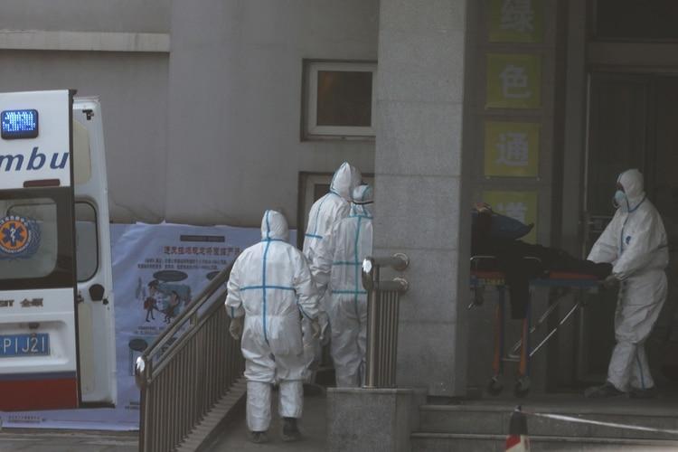 Profesionales de la salud ingresan este lunes al hospital de Jinyintan a un paciente con los síntomas del extraño virus del coronavirus en Wuhan, China (REUTERS/Stringer/China Out)