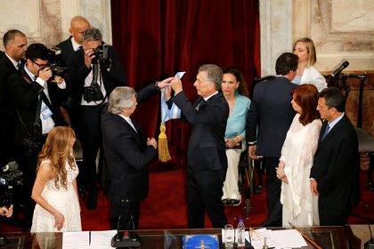 El traspaso de la banda presidencial. Mauricio Macri cedió los atributos y dejó el Congreso Nacional
