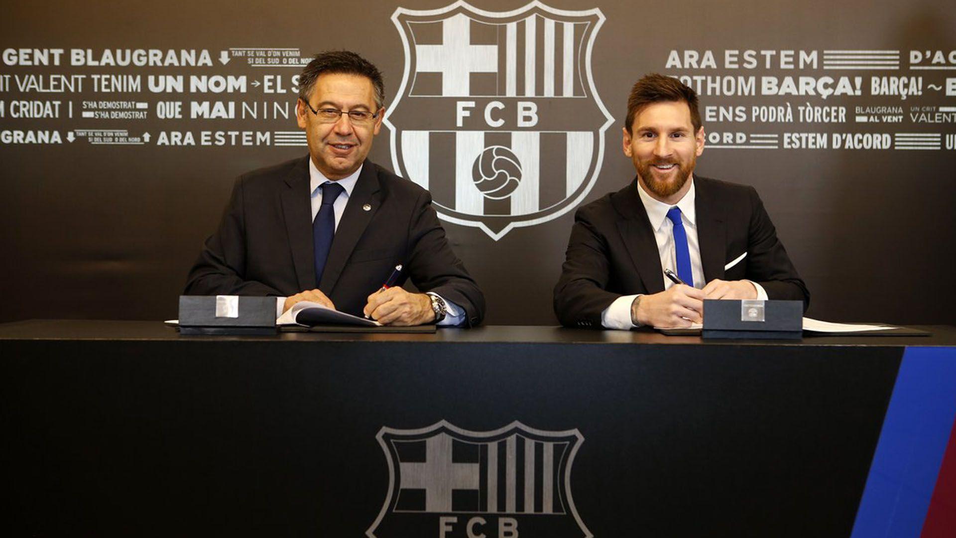 La foto del 2017 cuando Lionel Messi firmó la última renovación de su contrato con Barcelona