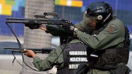 Efectivos de la Guardia Nacional Bolivariana reprimiendo una protesta en Venezuela (Archivo)