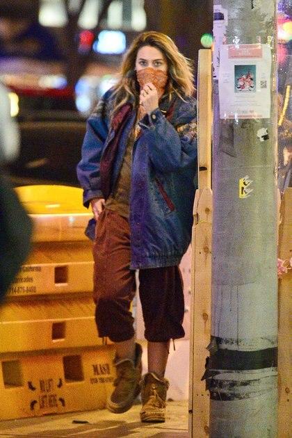 Paris Jackson disfrutó de una comida junto a una amiga en West Hollywood, California. La modelo lució un pantalón marrón, remera verde, borcegos y campera de jean. Además, usó un pañuelo de tapabocas