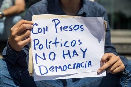 Una protesta que reclama la liberación de los presos políticos (EFE/Miguel Gutiérrez/Archivo)