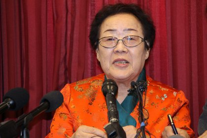 Lee Yong-Soo (c), una mujer surcoreana que fue usada como esclava sexual por el ejército imperial japonés durante la II Guerra Mundial, instó hoy a los Gobiernos de Tokio y Seúl a remitir los abusos cometidos por Japón en ese periodo a la Corte Internacional de Justicia (CIJ). EFE/Yonhap/Archivo