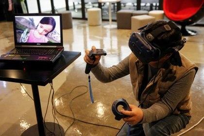 Lee Hyun-suk, director de Vive Studios, prueba un simulador de realidad virtual en las oficinas de la compañía en Seúl, Corea del Sur. 13 de febrero, 2020. REUTERS/Heo Ran