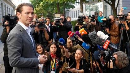 Sebastian Kurz habla con periodistas después de haber emitido su voto en Viena (REUTERS/Leonhard Foeger)