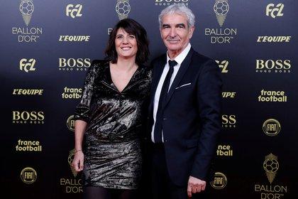 El entrenador Raymond Domenech junto con Estelle Denis