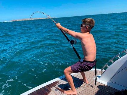 Los pescadores estuvieron varios minutos forcejeando para retirar el ejemplar del agua.