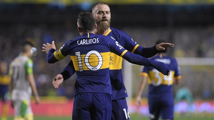 Entendimiento futbolístico y dialéctico entre De Rossi y Tevez en la Bombonera (Fotobaires)