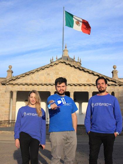 Desde Jalisco, México, el equipo de The Atomic Lab: Alexia Gozuk, Gino Tubaro y Gerardo Schafer (Foto / Gentileza de Gino Tubaro).