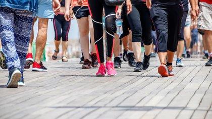 Si se hacen más de 10.000 pasos la persona no está considerada una persona sedentaria, sino una persona activa (Shutterstock)