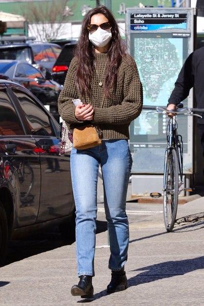 Katie Holmes fue vista mientras caminaba por las calles de Downtown Manhattan, en Nueva York. La actriz lució un jean, un sweater verde musgo y una cartera marrón. Completó su outfit con lentes de sol y su correspondiente tapabocas (Fotos: The Grosby Group)