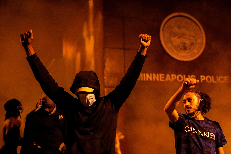 Un manifestante celebra ante la estación de policía en llamas. REUTERS/Carlos Barria