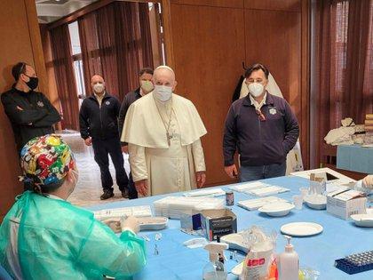 """El Vaticano ha dicho que las vacunas son """"moralmente aceptables"""", y los católicos en Estados Unidos son mucho menos propensos que los evangélicos blancos a decir que no se vacunarán. El papa Francisco visitó un centro de vacunación en el Vaticano el viernes."""
