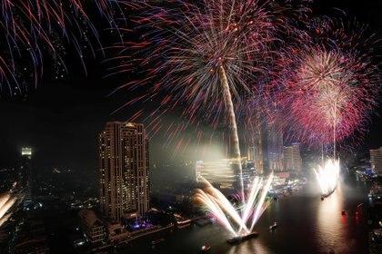Fuegos artificales sobre el rpio Chao Phraya en Bangkok, Tailandia