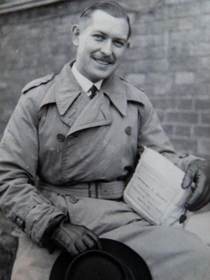 Stanley en la Navidad de 1945, en Londres, con una caja enviada por su padre