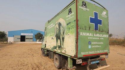 Una ambulancia para el traslado de elefantes aparcada en el exterior del Hospital de Elefantes Wildlife SOS en Mathura (EFE/ Harish Tyagi)