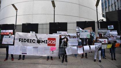 Distintas organizaciones de la sociedad civil se manifestaron en contra de la desaparición de los vehículos financieros (Foto: Cuartoscuro)