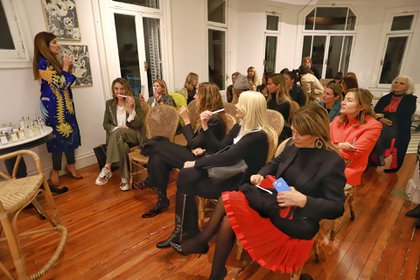 """Frigerio compartió su experiencia con unas 30 mujeres, para """"conectarse con el poderoso sentido del olfato y potenciarlo"""""""