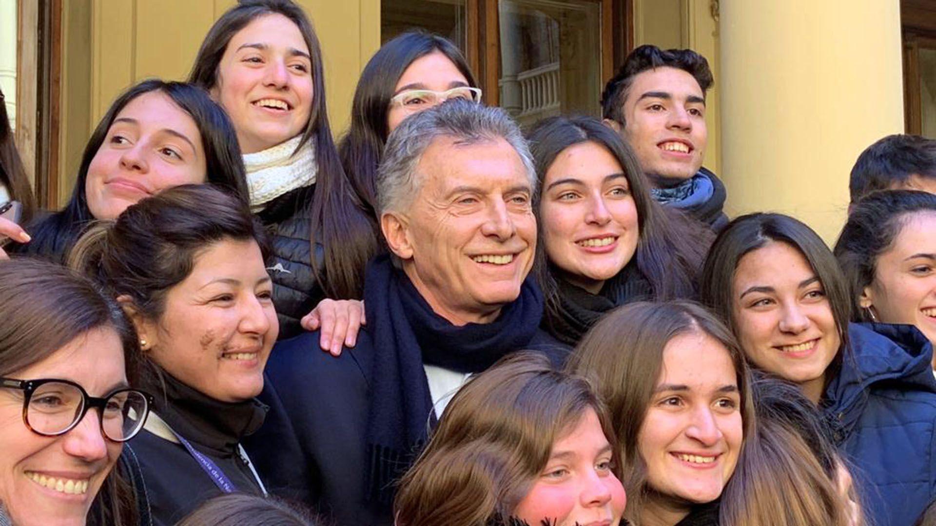 Mauricio Macri cuando llegó ayer a Gobierno. Primero, se sacó una foto con alumnos de un secundario de San Lorenzo, Santa Fe.