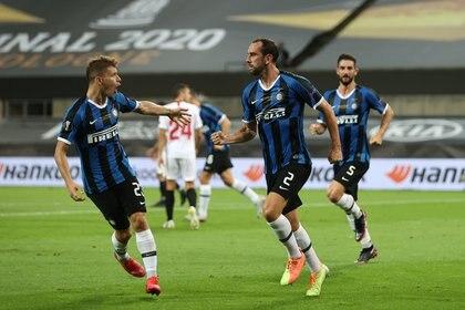Diego Godin marcó el 2-2 en la final de la Europa League entre Inter y Sevilla (REUTERS)