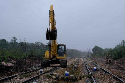 Trabajadores laboran en la construcción del Tren Maya, en el municipio de Maxcanú (Foto: EFE)