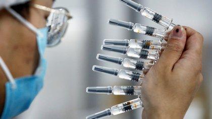 Científicos están cerca de mostrar resultados contundentes de varias vacunas en Fase 3 - REUTERS/Thomas Peter