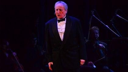 Roberto Carnaghi en el papel de Bocarcángel, el poeta homenajeado por su trayectoria, que emocionado por subir a ese escenario recuerda la noche cuando con 8 años vio en vivo a Gardel. (Matías Arbotto)