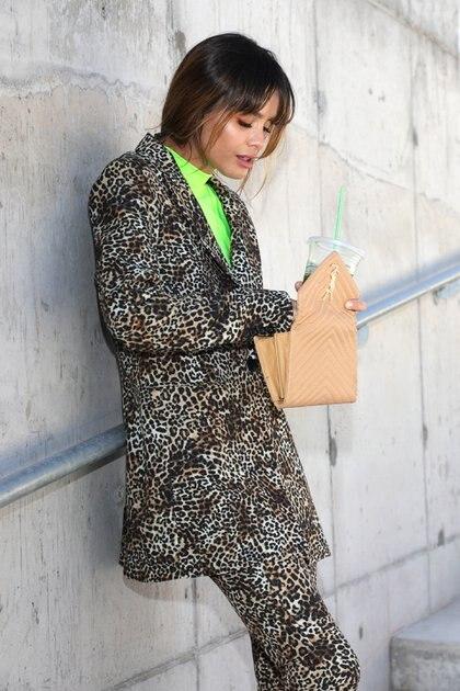 Traje de animal print de leopardo con polera verde flúor. Total look by Kosiuko