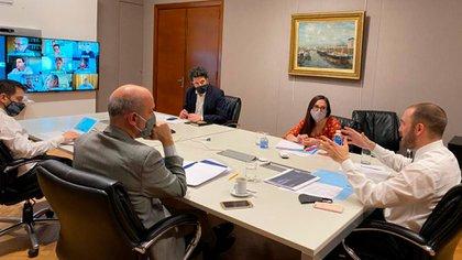 Guzmán, en una reunión con legisladores del oficialismo. El martes irá al Congreso a explicar el Presupuesto