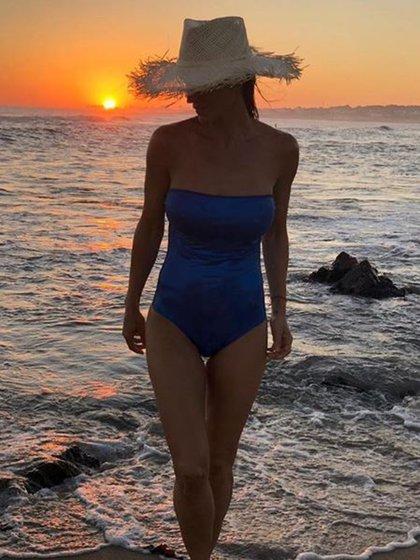 María Vázquez con un diseño strapless en azul eléctrico en Punta